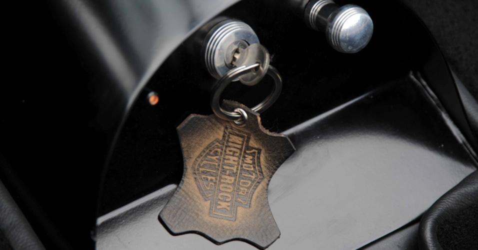 Tudo é customizado, até o chaveiro, feito com o logo da Harley-Davidson, mas com o nome do carro na faixa central do símbolo