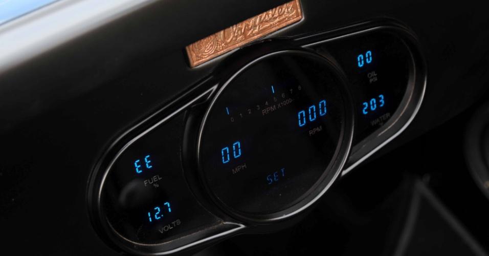 O painel digital tem mostradores que informam a carga da bateria, volume do tanque, rpm, velocidade, óleo e temperatura da água