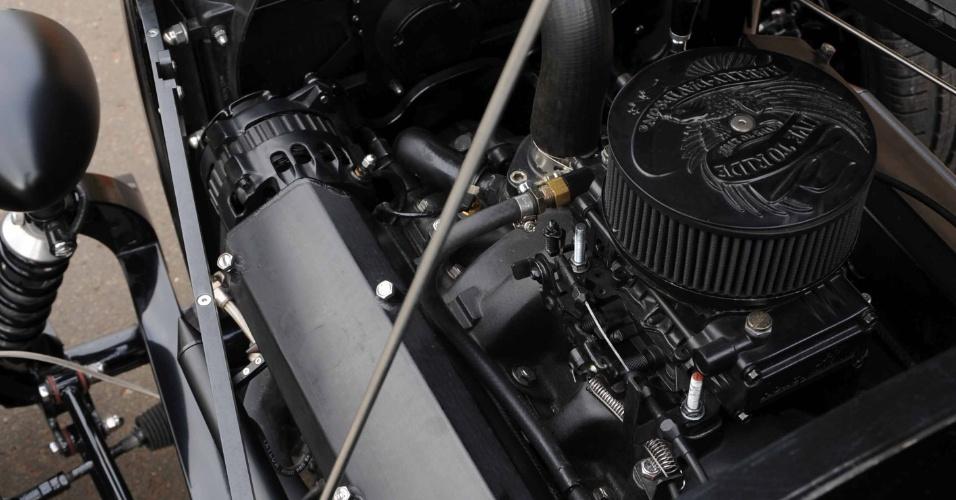 Completamente revisado, o motor dá ânimo ao hot rod: a sensação é de estar pilotando uma Harley-Davidson de quatro rodas