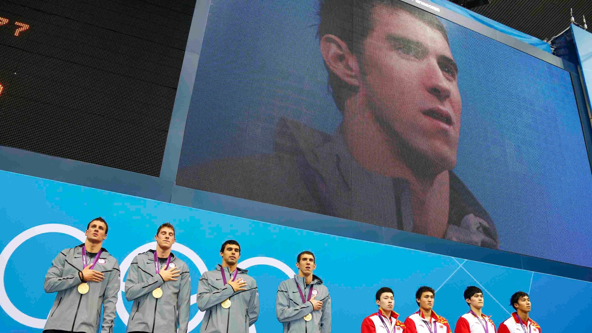 Equipe do 4x200 m livre no pdio. Ouro foi 19 medalha de Michael Phelps