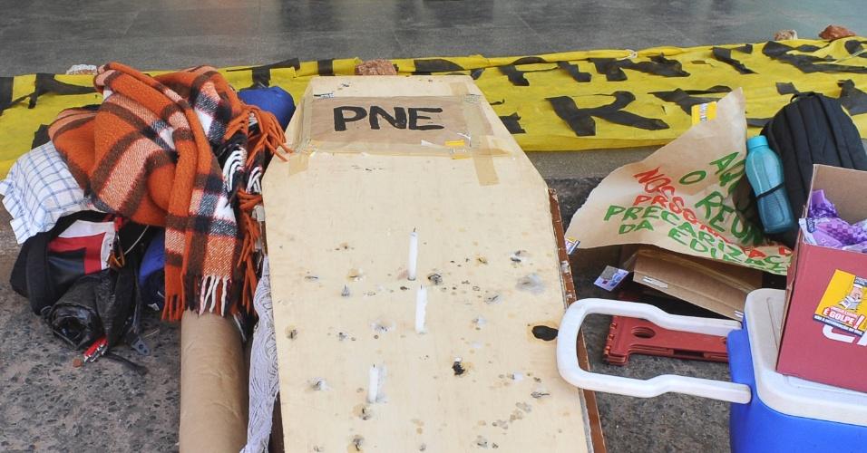 """31.jul.2012 - Estudantes, professores e servidores federais em greve fizeram um protesto nesta terça-feira no Ministério da Educação, em Brasília. Eles lavaram a fachada do prédio e, com um caixão, simbolizaram a """"morte"""" do PNE (Plano Nacional de Educação), em tramitação no Congresso Nacional"""