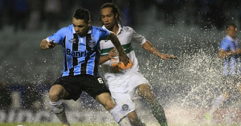 A chuva deixou o gramado muito pesado e com poças d'água em vários setores, prejudicando o duelo entre Grêmio e Coritiba, em Porto Alegre