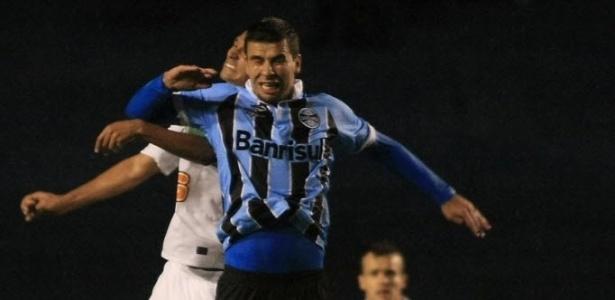 André Lima, do Grêmio, e Ayrton, do Coritiba, disputam a bola na partida entre Grêmio e Coritiba pela Sul-Americana