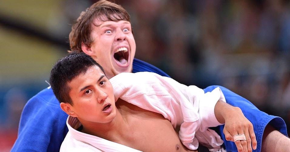 Ivan Nifontov, da Rússia, grita ao comemorar durante a disputa do bronze na categoria até 81 kg do judô