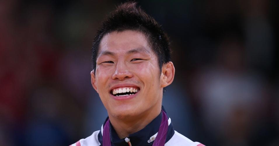 Jae-Bum Kim, atleta sul-coreano do judô sorri após receber medalha de ouro nesta terça-feira (31/07)