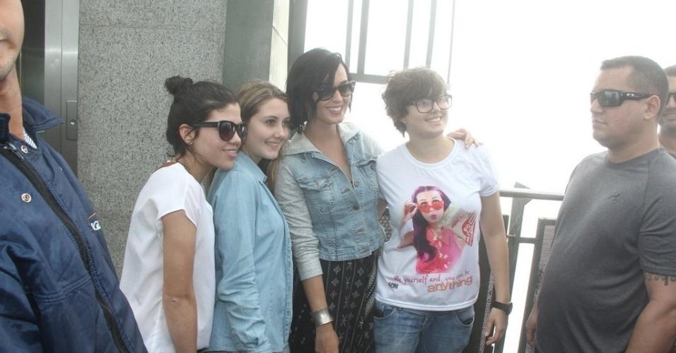 """Katy Perry visitou o Cristo Redentor, ponto turístico do Rio de Janeiro (31/7/12). Durante o passeio ela aproveitou para tirar fotos com os fãs. A cantora está na cidade para divulgar o filme """"Part of Me"""""""