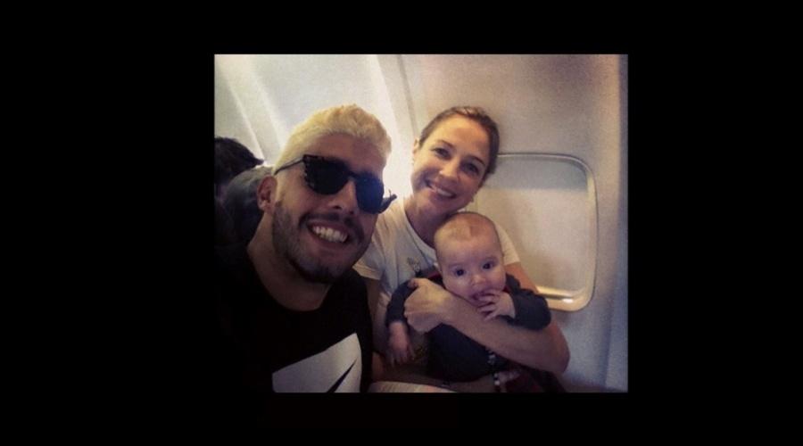 Luana Piovani viajou para Londres, Inglaterra, acompanhada do marido, Pedro Scooby, e do filho, Dom (31/7/12)