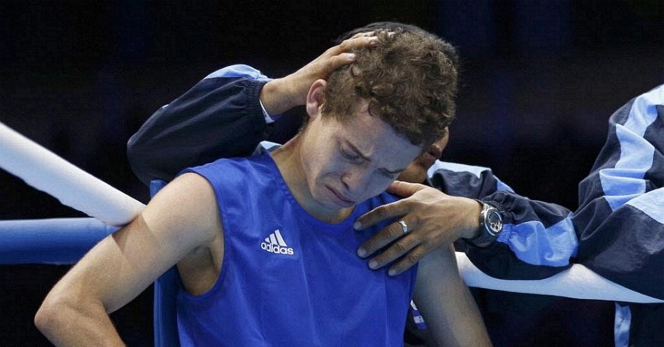 Lutador de Honduras é consolado pelo treinador após perder luta de boxe (31/07/2012)