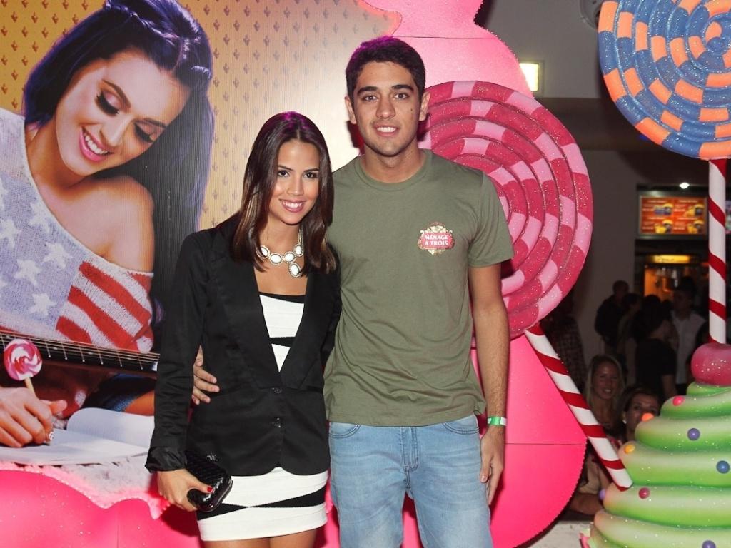 O casal Pérola Faria e Miguel Rômulo vão à pré-estreia do filme de Katy Perry