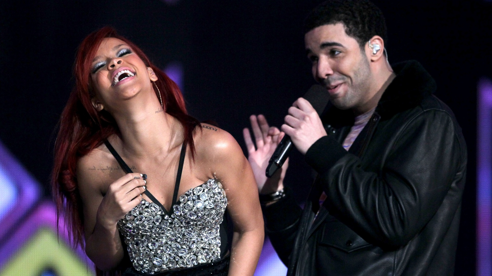 Rihanna e Drake se apresentam no intervalo do NBA All-Star Game em Los Angeles (20/2/11)