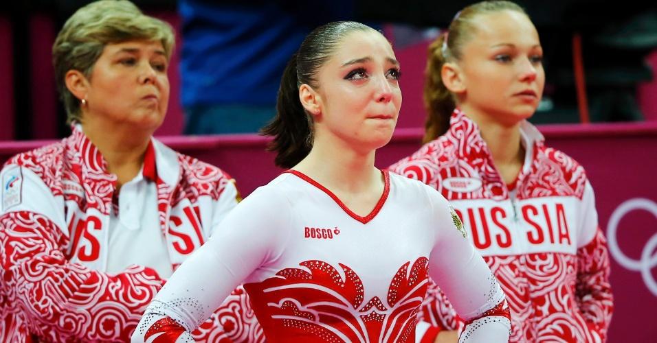 Russa Aliya Mustafina chora enquanto aguarda a última nota da final por equipes da ginástica artística; EUA venceram, e Rússia ficou em segundo (31/07/2012)