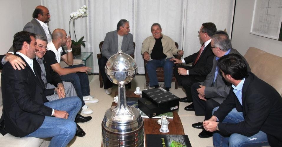 Taça da Libertadores aparece quebrada em visita do Corinthians ao ex-presidente Lula