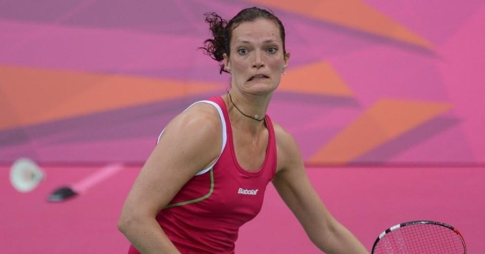 Tine Baun, da Dinamarca, busca peteca em partida de badminton e deixa escapar uma careta