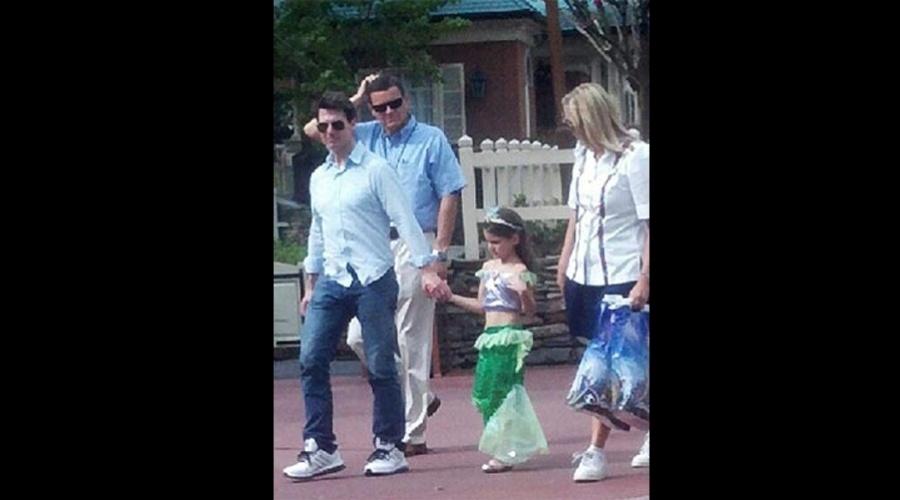 Tom Cruise fez um passeio com a filha Suri no parque de diversões Magic Kingdom, na Disney, em Orlando, na Flórida (30/7/12)