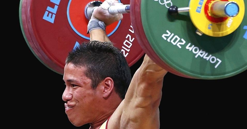 Venezuelano Junior Sanchez Rivero coloca a língua para fora ao tentar levantar peso na disputa da categoria até 69 kg  nesta terça (31)
