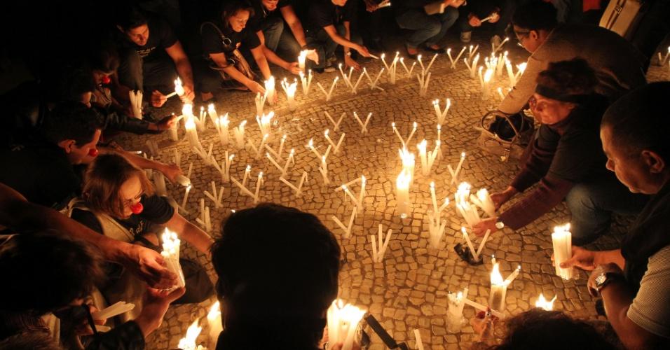 1º. ago.2012 - Policiais federais realizam protesto em frente ao Palácio do Planalto em Brasília, nesta quarta-feira, com velas acesas para simbolizar a carência de servidores administrativos, devido à baixa remuneração da categoria