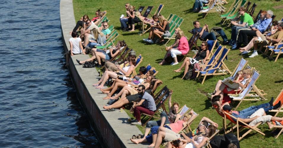 1º.ago.2012 - Alemães aproveitam o sol às margens do rio Spree, em Berlim