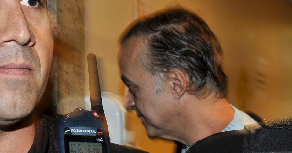 1º.ago.2012 - Escoltado por policiais, o bicheiro Carlinhos Cachoeira chega à 5ª Vara Criminal de Brasília para prestar depoimento no processo em que responde por formação de quadrilha e tráfico de influência nos contratos de transporte coletivo do Distrito Federal