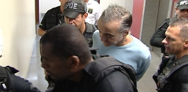 1.ago.2012 - Escoltado por policiais, o bicheiro Carlinhos Cachoeira chega  5 Vara Criminal de Braslia para prestar depoimento no processo em que responde por formao de quadrilha e trfico de influncia nos contratos de transporte coletivo do Distrito Federal