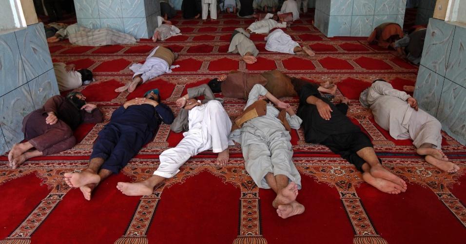1º.ago.2012 - Homens dormem em mesquita de Cabul, capital do Afeganistão, depois da oração durante o mês sagrado do Ramadã