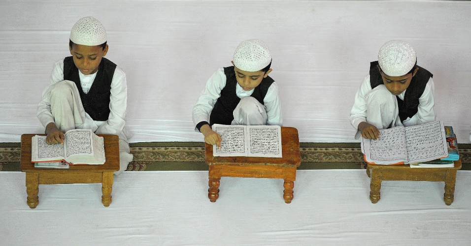 1º.ago.2012 - Meninos recitam o Corão numa escola islâmica de Hyderabad, na região central da Índia, durante o mês sagrado do Ramadã