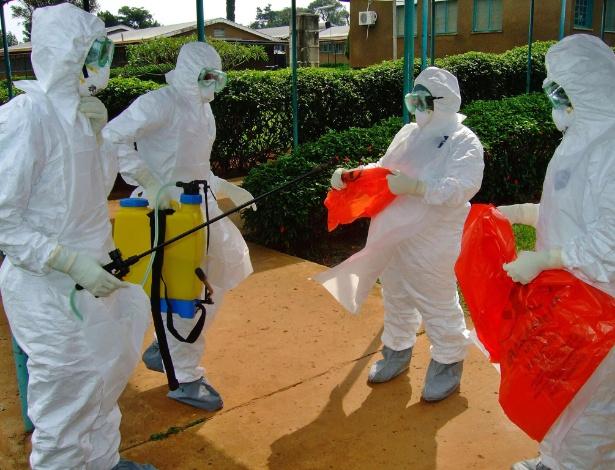 Foto de 28 de julho mostra equipe da  OMS (Organização Mundial da Saúde) vestindo roupa de proteção para entrar em hospital de Uganda; país africano vive surto da doença, que causa febre hemorrágica