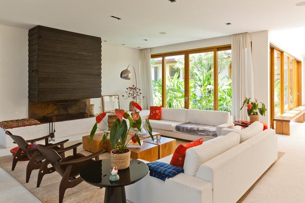 A Casa H, com projeto de arquitetura assinado por Erick Figueira de Mello, tem sala de estar decorada com o duo de cadeiras do modelo Diz, de Sérgio Rodrigues, e lareira com acabamento em madeira ebanizada