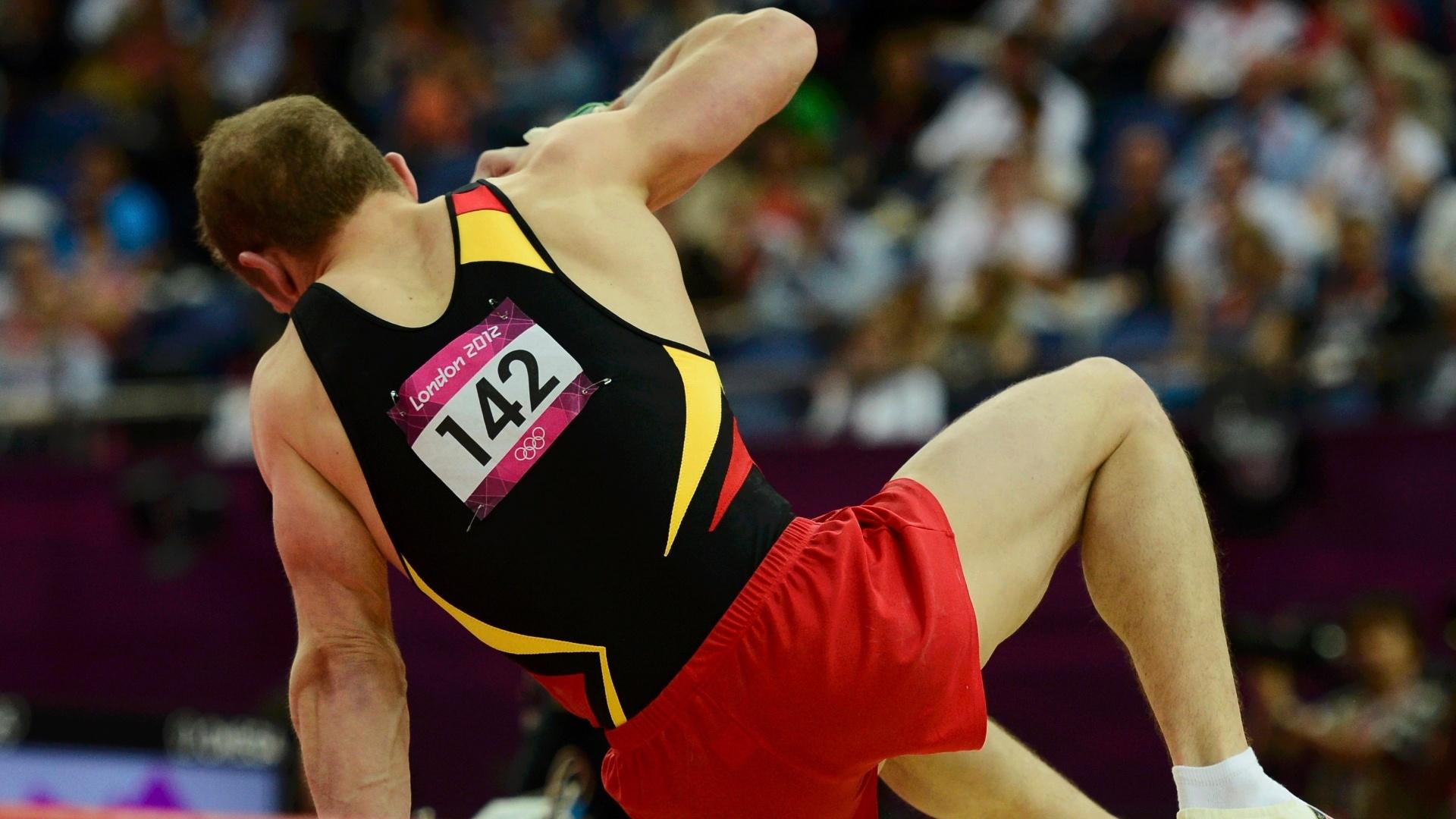 Alemão Fabian Hambuchen tenta se levantar após cair na aterrissagem de seu salto na final desta quarta-feira