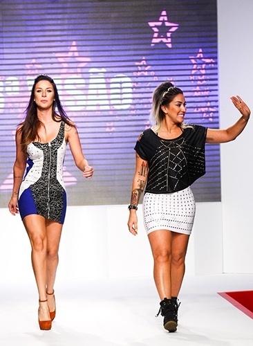 As ex-panicats Lisi Benitez (esq.) e Dani Bolina desfilam para a marca 3ª Visão no Mega Polo Moda, em São Paulo (1º/08/2012)