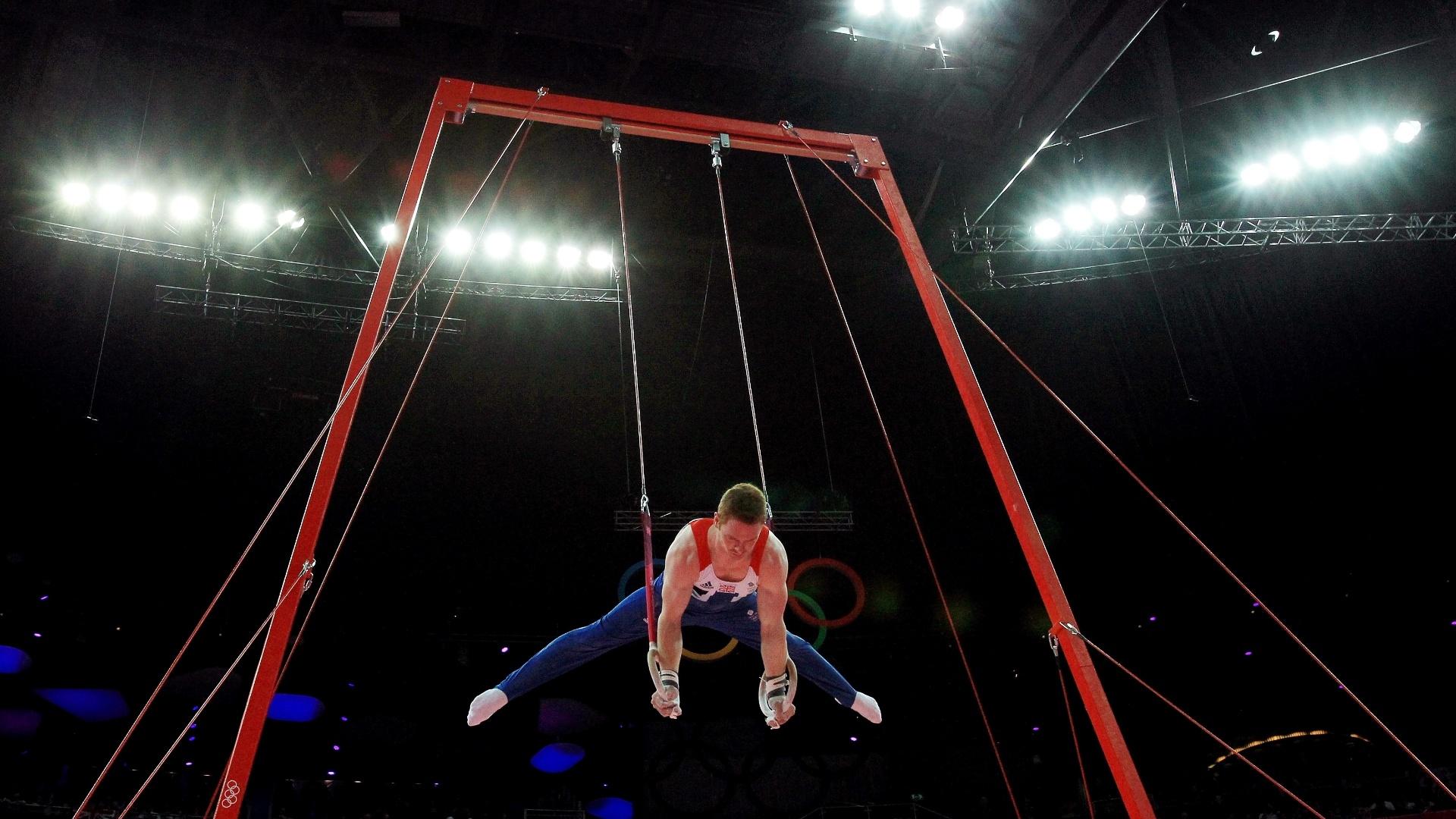 Britânico Daniel Purvis se apresenta nas argolas durante a final de individual geral da ginástica artística