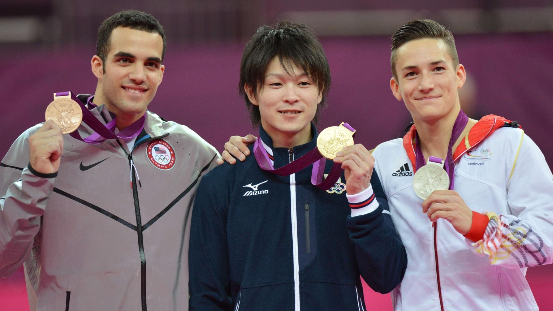 Danell Leyva (e), Kohei Uchimura (c) e Marcel Nguyen mostram as medalhas de bronze, ouro e prata, respectivamente, conquistadas na final individual geral da ginástica artística