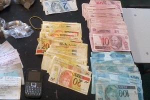 Pedreiro acionou a polícia para devolver os pertences ao dono, que foi roubado na segunda-feira (30)