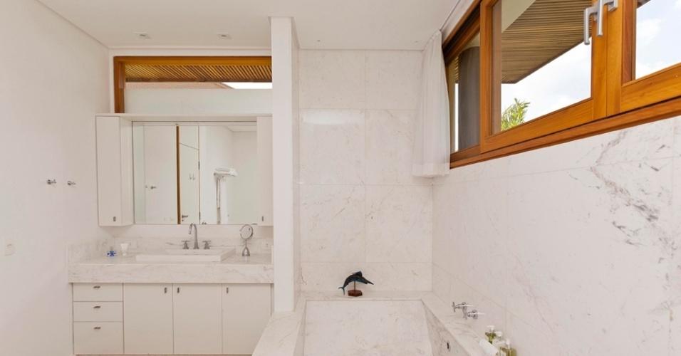 O branco prevalece neste banheiro da Casa H, graças à utilização do mármore piguês no revestimento do piso, da banheira e das paredes. O projeto arquitetônico é assinado por Erick Figueira de Mello