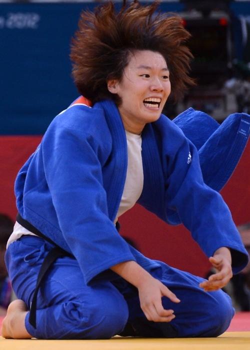 Hwang Ye-Sul, da Coreia do Sul, comemora vitória contra rival eslovena nas quartas de final da categoria até 70 kg