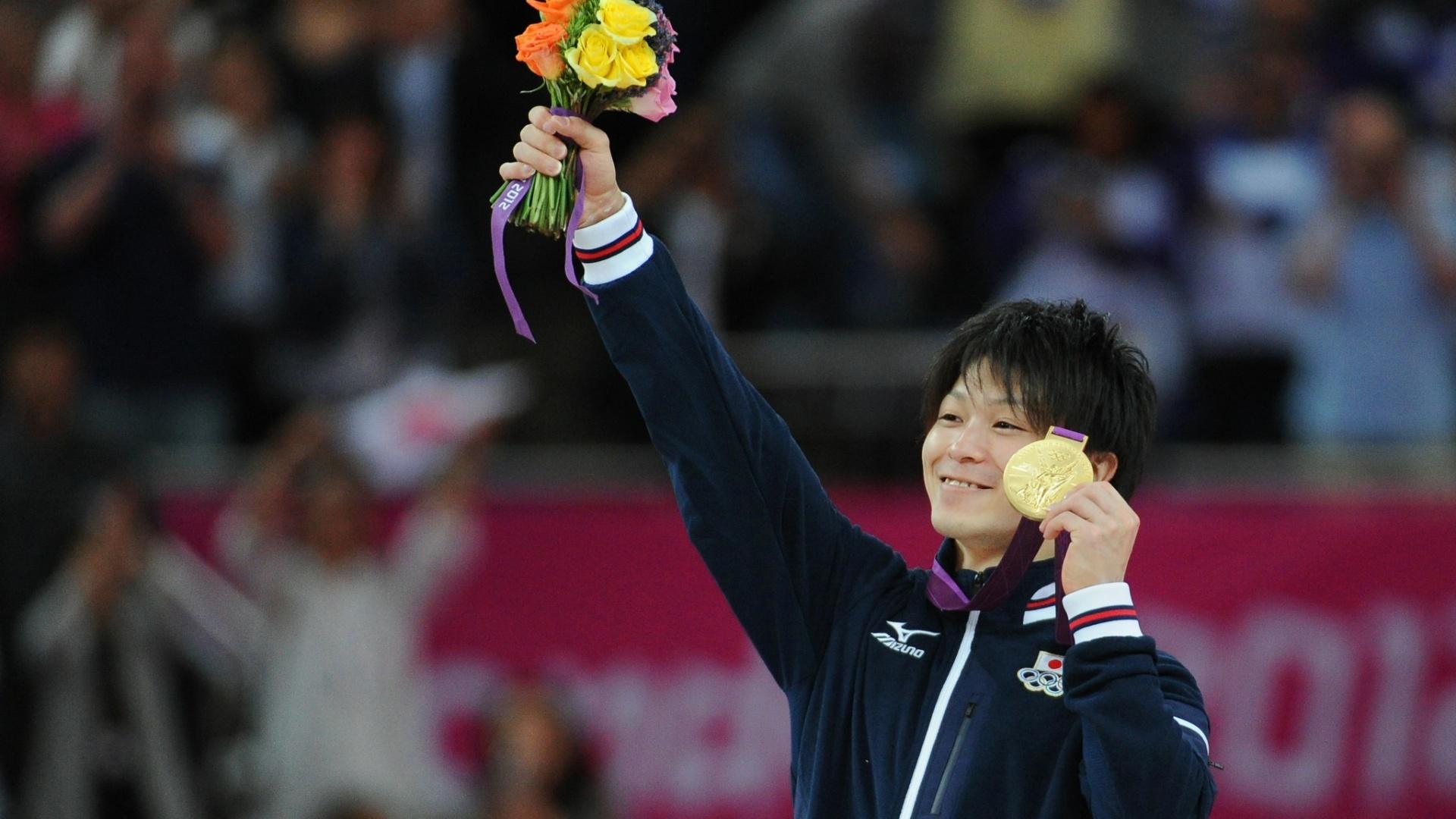 Japonês Kohei Uchimura mostra a medalha de ouro conquistada por ele na final de individual geral da ginástica artística