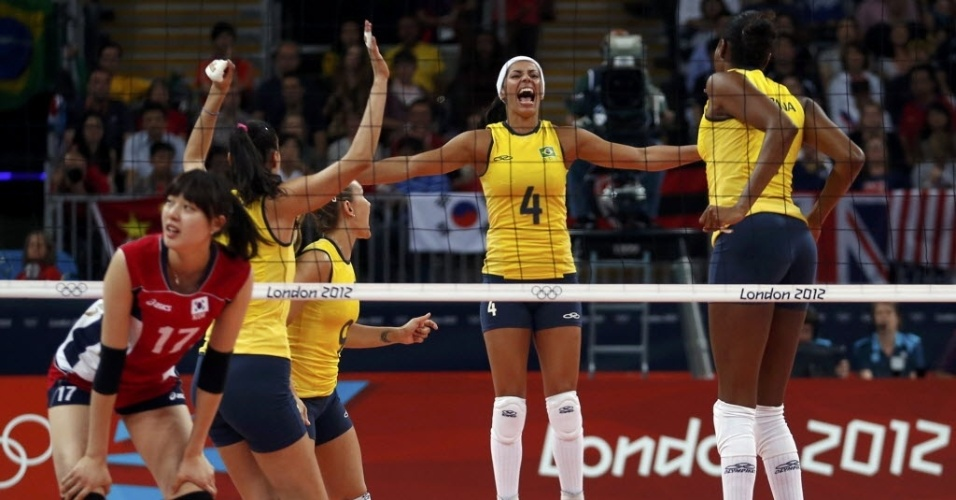 Jogadoras da seleo brasileira de vlei comemoram ponto da equipe na partida contra a Coreia do Sul