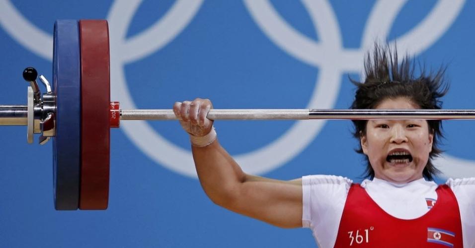 Jong Sim Rim, da Coreia do Norte, compete na categoria até 69 kg do levantamento de peso, nesta quarta (01)