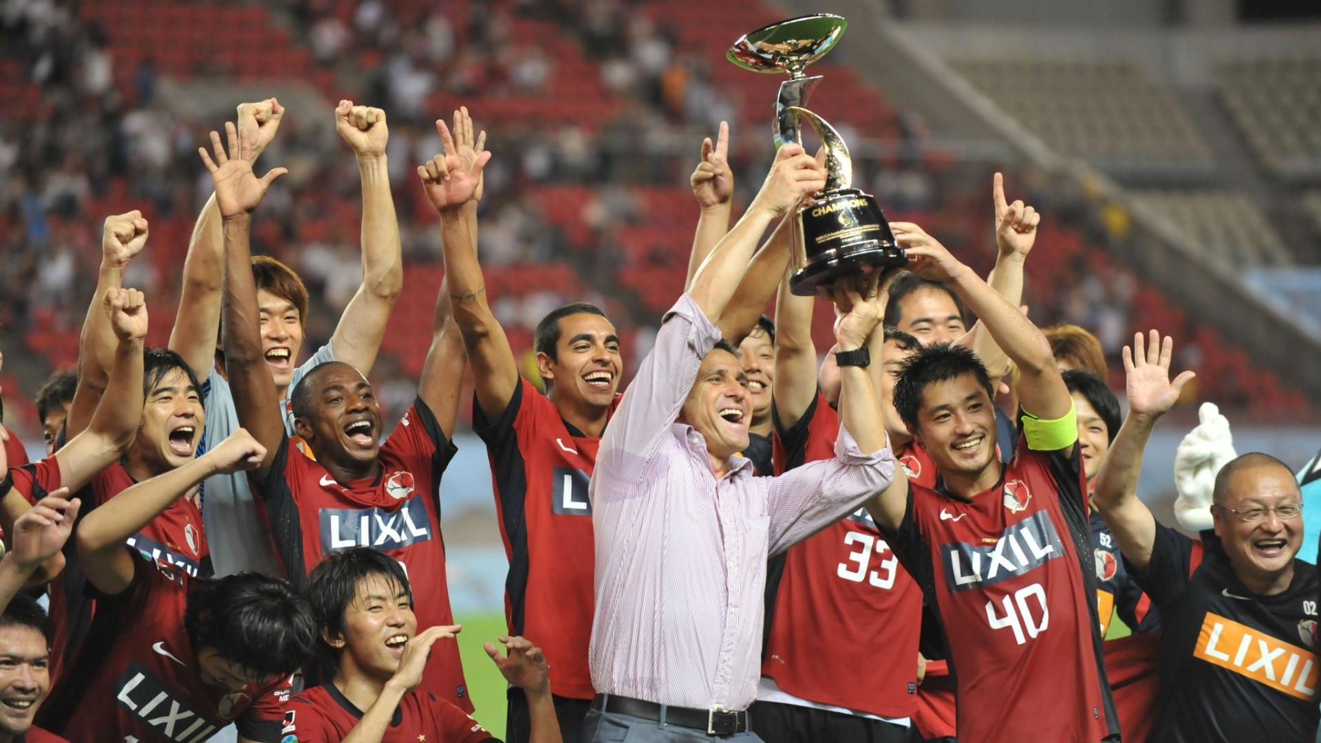Jorginho comemora seu primeiro título no Japão; Kashima derrotou a La U e venceu a Copa Suruga