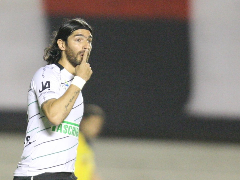 Loco Abreu, do Figueirense, comemora aps marcar gol diante do Atltico-GO, durante partida vlida pela Copa Sul-Americana, no Serra Dourada
