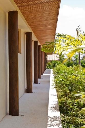 Pilares de concreto revestidos por aço corten (patinável) pontuam a fachada da Casa H, com projeto assinado pelo arquiteto Erick Figueira de Mello