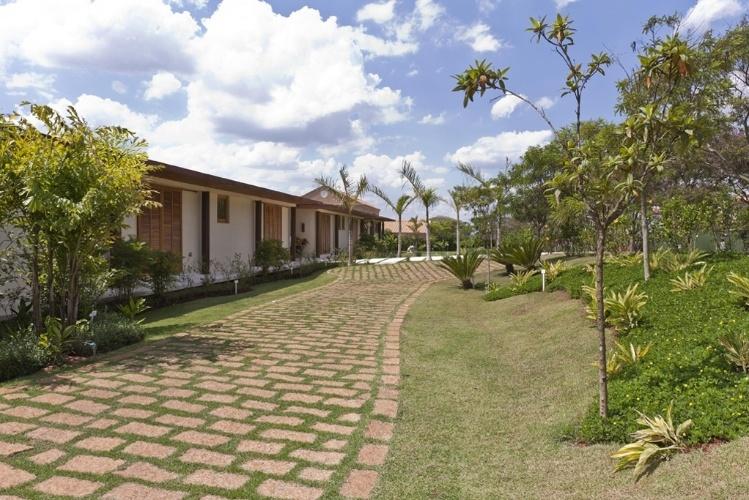 Porção externa da Casa H, no interior de São Paulo, é bem ajardinada. Os projetos de paisagismo e arquitetura são assinados por Erick Figueira de Mello