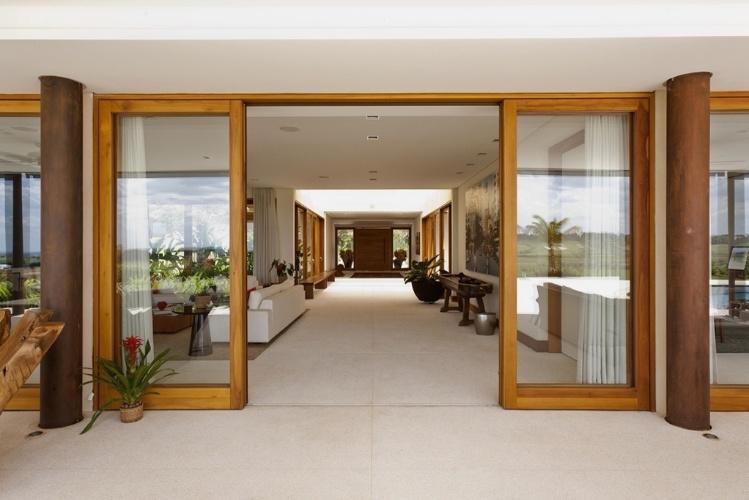 De madeira com fechamento de vidro, as portas da Mado limitam os espaços internos e externos sem prejudicar a integração entre eles. O projeto da Casa H é assinado pelo arquiteto Erick Figueira de Mello