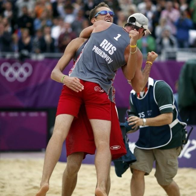 Sergey Prokopyev comemora com o parceiro russo Konstantin Semeno vitória no vôlei de praia na Olimpíada de Londres, com direito a um tapinha indiscreto (01/08/2012)