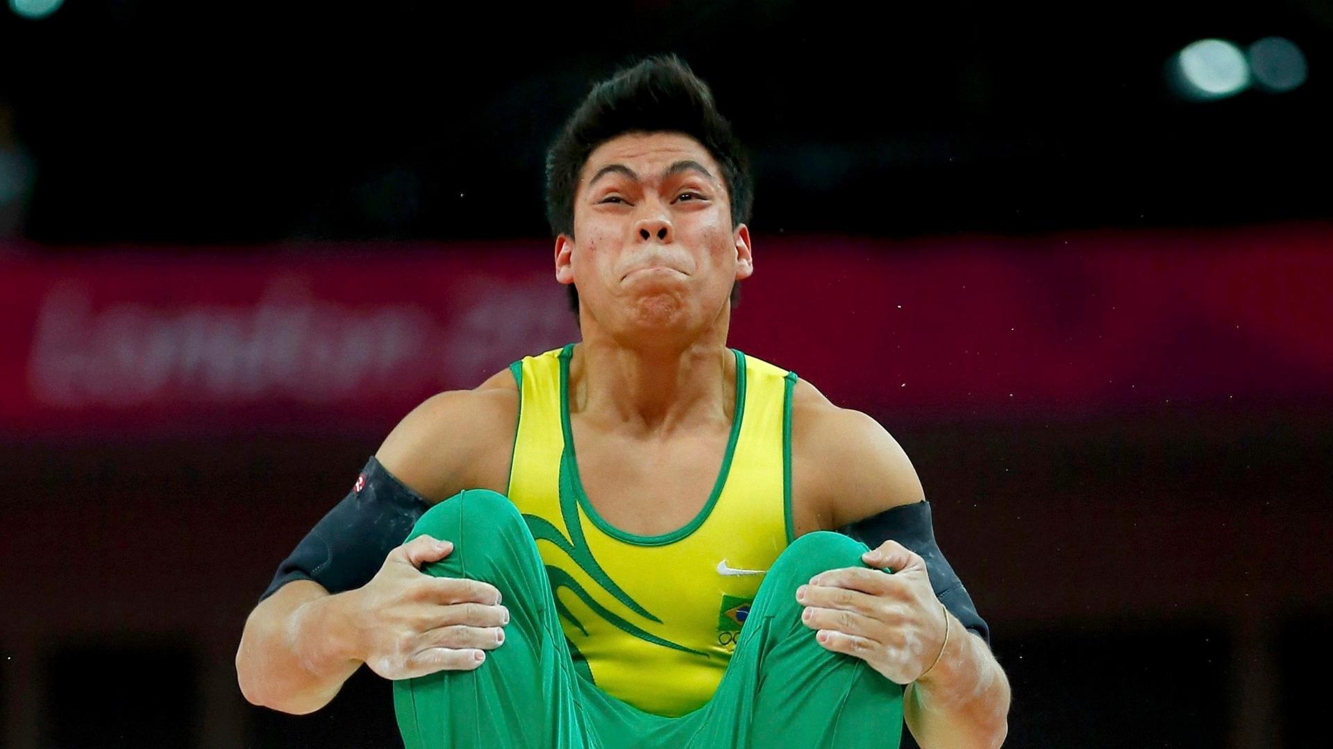 Sergio Sasakifaz careta durante exercício nas barras paralelas na final individual da ginástica