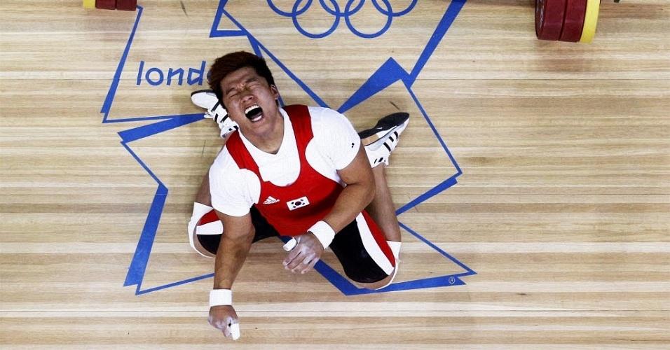 01.ago.2012 - Sul-coreano Sa Jae-Hyouk grita de dor após ter seu braço fraturado durante prova de levantamento de peso