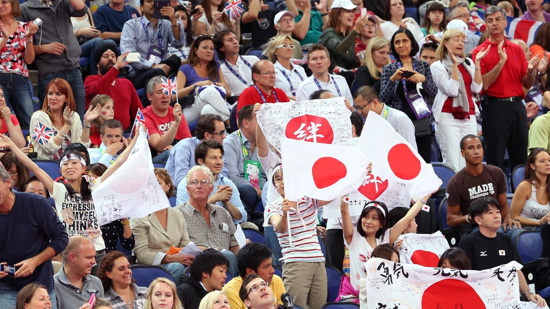 Torcedores japoneses incentivam seus ginastas na final masculina do individual geral nesta quarta-feira em Londres