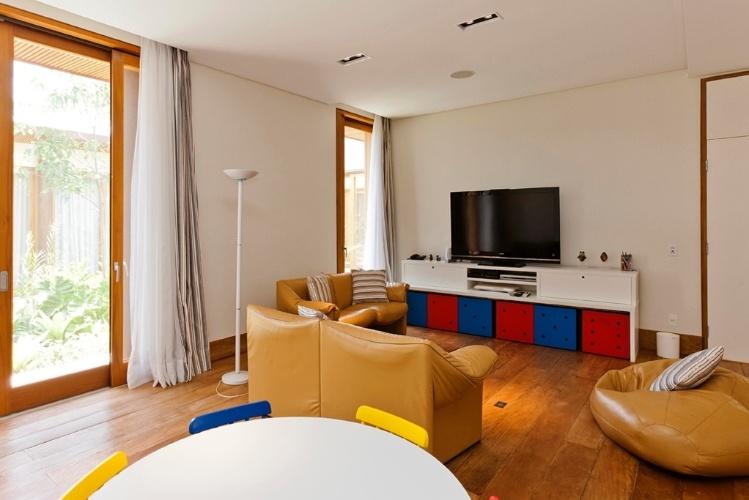 Um ambiente colorido para as crianças brincarem faz parte do projeto da Casa H, no interior de São Paulo. O imóvel possui 1.100 m² de área construída