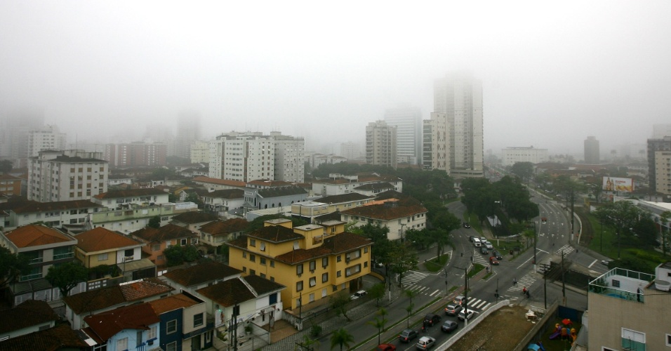 2.ago.2012 -A cidade de Santos (SP) amanheceu com bastante neblina, na manh&#227; desta quinta-feira (2). A previs&#227;o do tempo indica sol entre nuvens e temperaturas entre 27&#186; C e 15&#186; C na cidade