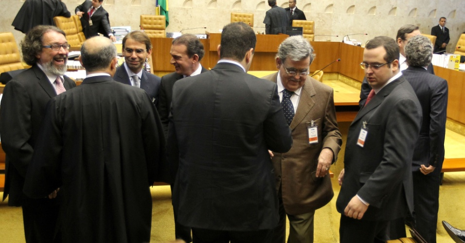 2.ago.2012 - Advogados dos r&#233;us no processo do mensal&#227;o conversam no plen&#225;rio. Come&#231;ou nesta quinta-feira (2), no Supremo Tribunal Federal (STF), em Bras&#237;lia, o julgamento dos envolvidos no esc&#226;ndalo do mensal&#227;o
