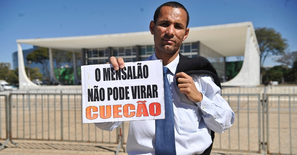 2.ago.2012 - Homem leva fantasia e cartaz de protesto para a porta do Supremo. Come&#231;ou nesta quinta-feira (2) no Supremo Tribunal Federal (STF), em Bras&#237;lia, o julgamento dos envolvidos no esc&#226;ndalo do mensal&#227;o